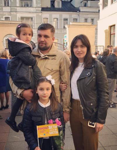 Рэпер Баста с Еленой Пинской и детьми