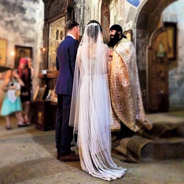 Венчание прошло в древней Троицкой церкви в деревне Гергети, расположенной на высоте 2170 метров у подножия Казбека