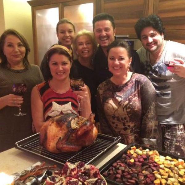 Традиционный американский праздник влюбленные отметили в компании друзей