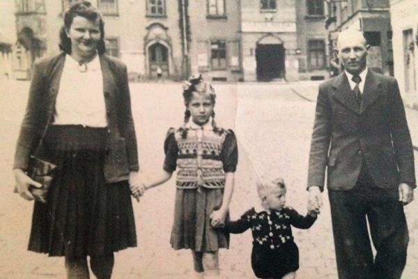 На этой семейной фотографии мама, папа и Эдита с братишкой Юзефом