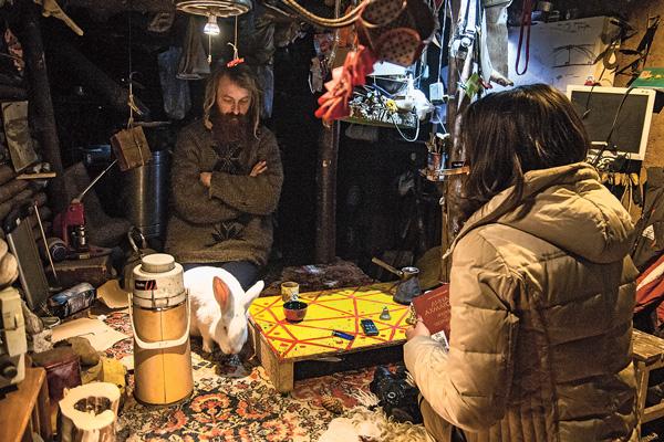 Гостей Юрий угощает травяным сбором, а в благодарность за чаепитие принимает продукты