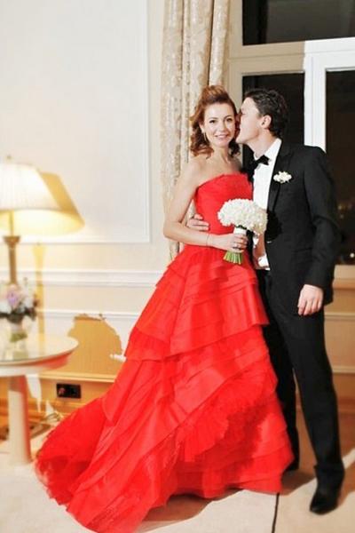 Алое платье нравится невесте больше, чем белое