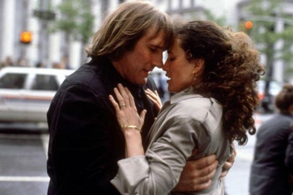 Страстный поцелуй с актрисой Энди Макдауэлл в картине «Вид на жительство» 1990 года