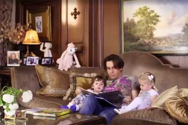 Перед зрителями предстала идиллическая картина семейного вечера – папа с детьми, уютно устроившись на диване, читает им книгу.
