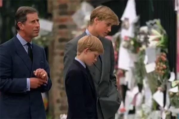 Принц Чарльз с сыновьями во время прощания с принцессой Дианой