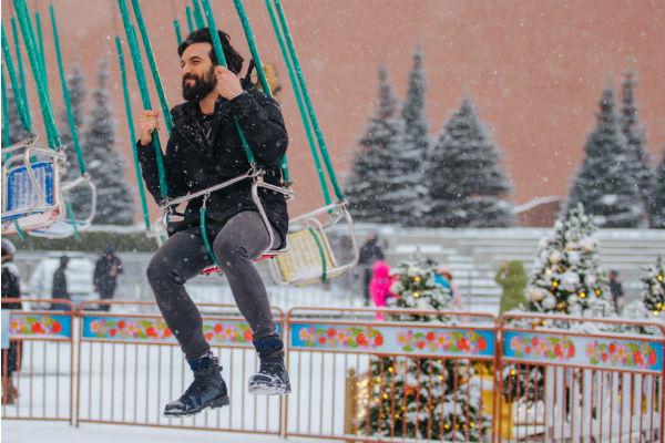 Али прокатился на карусели в центре Москвы