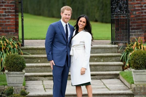 Гарри и Меган официально объявили о своей помолвке и приняли участие в фотосессии