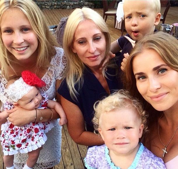 На фото - слева направо: Лиза Мамиашвили с Верушкой на руках, Маргарита Мамиашвили с сыном Владимиром, Тата Бондарчук с дочкой Маргаритой