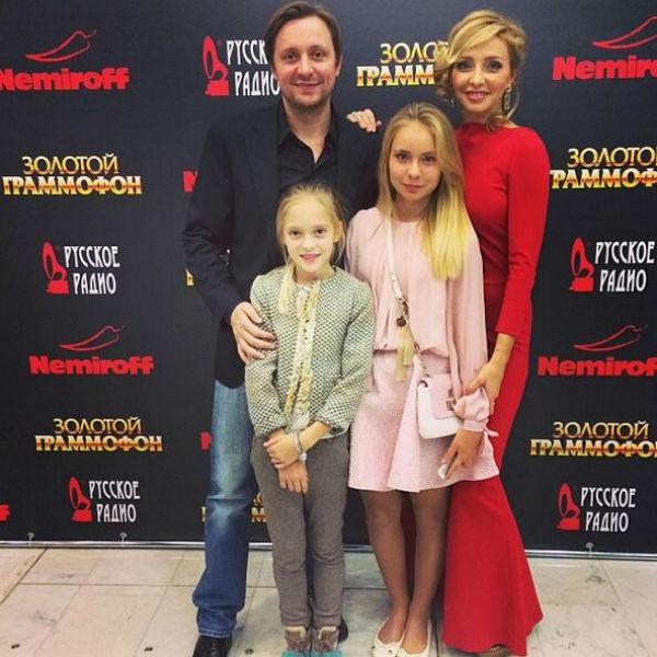 Татьяна с дочерью Александрой и Артем с дочкой Наташей