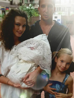 Данко с семьей на выписке младшей дочери