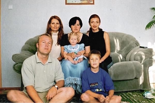 В авиакатастрофе разбились родители и младшая сестра Никиты (крайний справа)