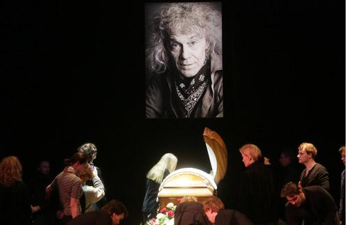 Гроб с телом Александра Ленькова установили на сцене театра Моссовета, которому он отдал всю жизнь
