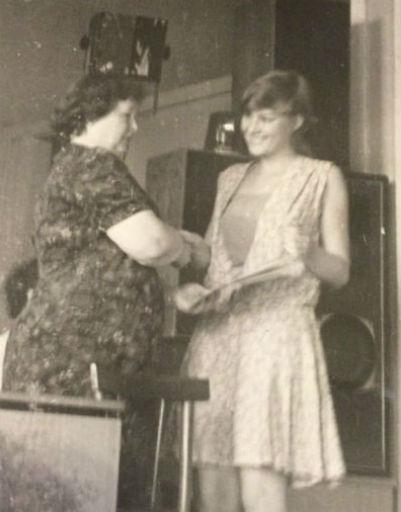 Рената на вручении аттестата в школе, 1984 год