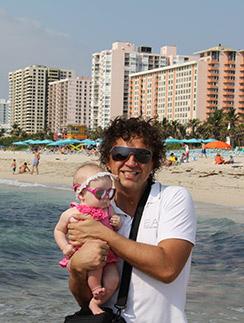 Рома Жуков с  семьей не раз   отдыхал в Майами   еще до того, как   купил здесь жилье.   На фото: певец с   дочкой Софией-  Викторией, май   2011 года