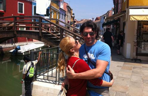 Наталья Шкулева и Андрей Малахов на прогулке по городку Бурано