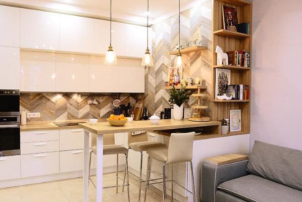На кухне установлено много шкафов, чтобы разместить всю необходимую утварь