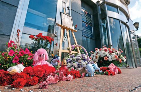 У здания Департамента труда и соцзащиты населения Москвы лежат цветы в память о погибших