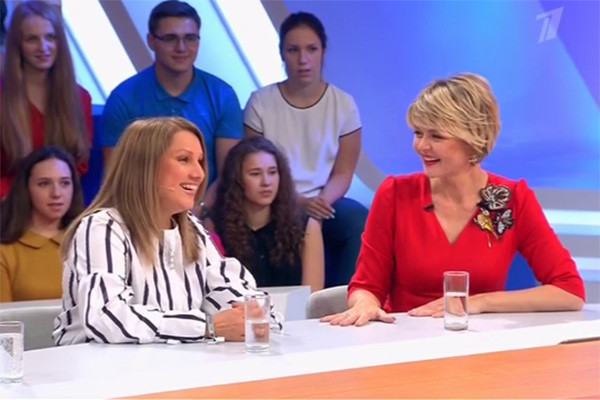 Галина Романова в студии выбрала место рядом с Юлией Меньшовой