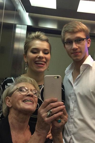 Анна Тарасова обращается к бабушке исключительно по имени