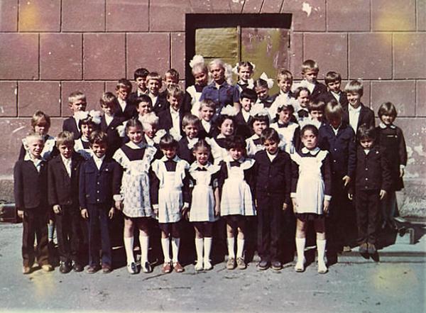 Максим - третий слева в первом ряду. 3-й «А» класс школы №4 города Одесса, 1985 год