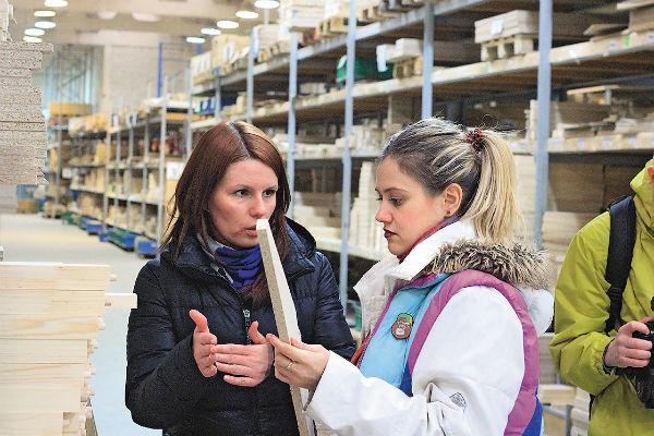 Анна на экскурсии на фабрике работодателя
