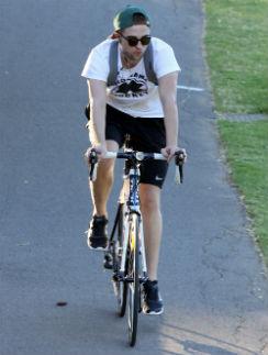 Роберт Паттинсон на велопрогулке в Австралии