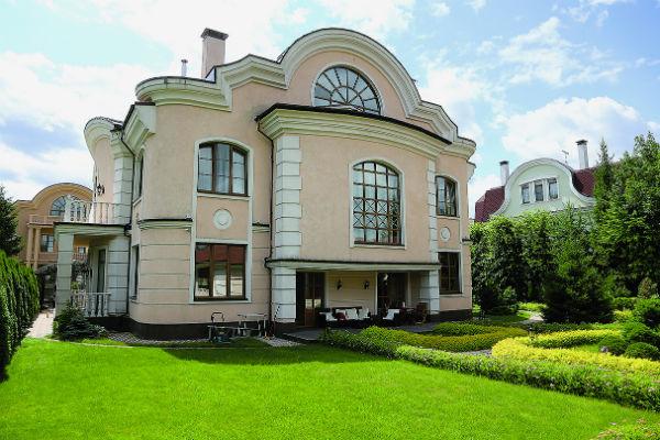 Дом Насти площадью 850 кв.метров находится в элитном подмосковном поселке