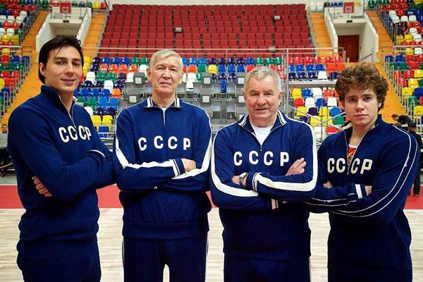 Легендарные спортсмены Алжан Жармухамедов (второй слева) и Иван Едешко (второй справа) вместе с актерами, которые играют их - Александр Ряполов (первый слева) и Кузьма Сапрыкин (первый справа)