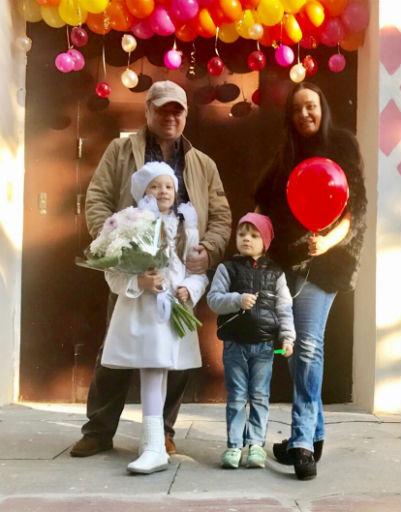 Семья Андрея Леонова проводила дочь Анну в первый класс