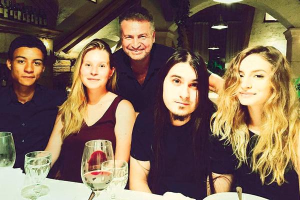 Леонид знаком с кавалерами дочерей. На фото Полина (слева) с женихом Жуаном и Лиза с бойфрендом Крисом, 2015 год