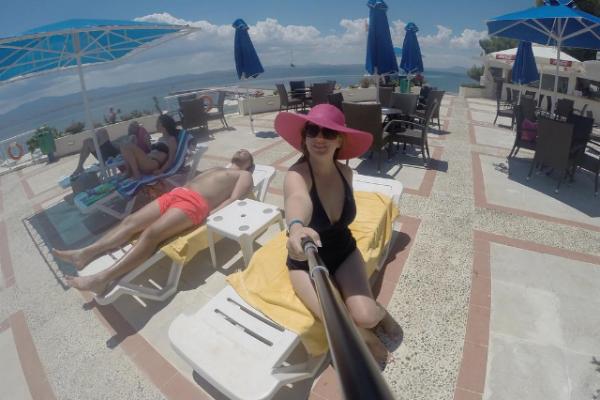 Молодожены проводят время в Греции