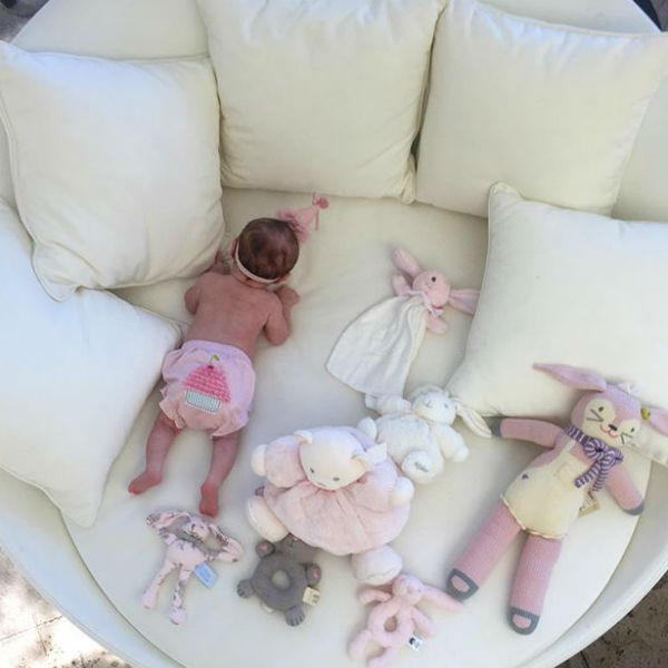 Маленькая Ливи окружена милыми плюшевыми игрушками