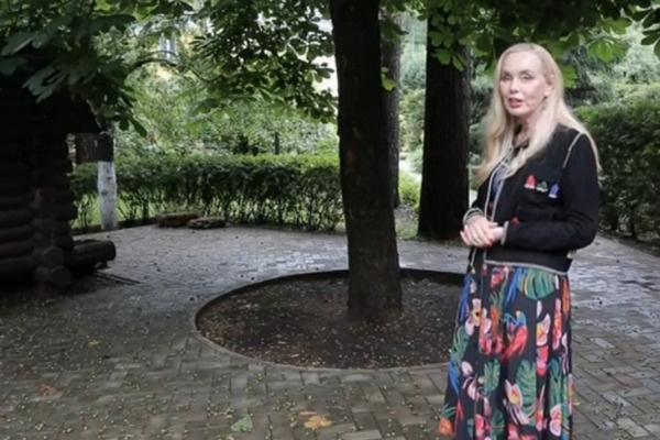 Нелли Кобзон ухаживает за деревом