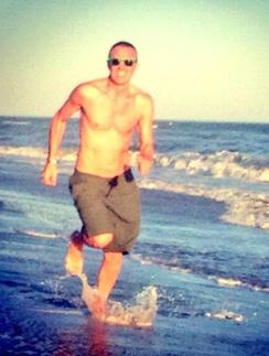 Игорь Верник бежит по берегу моря