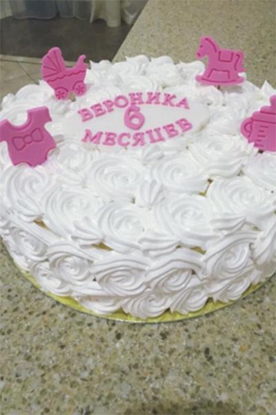 Торт для виновницы торжества делали на заказ