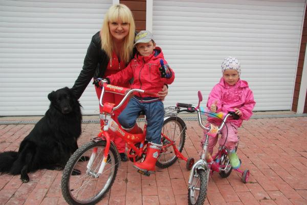 Брат и сестра освоили велосипеды