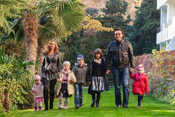 У Романа и Елены  Жуковых растут   четыре дочери и сын
