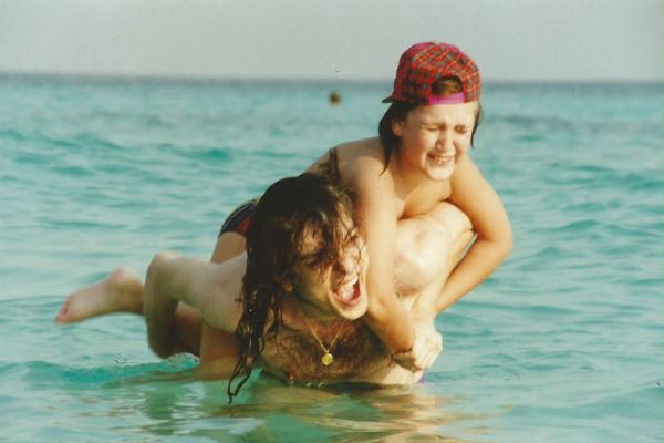 Филипп Киркоров с Михаилом на необитаемом острове во время гастролей в Тайланде. Январь 1998 год.