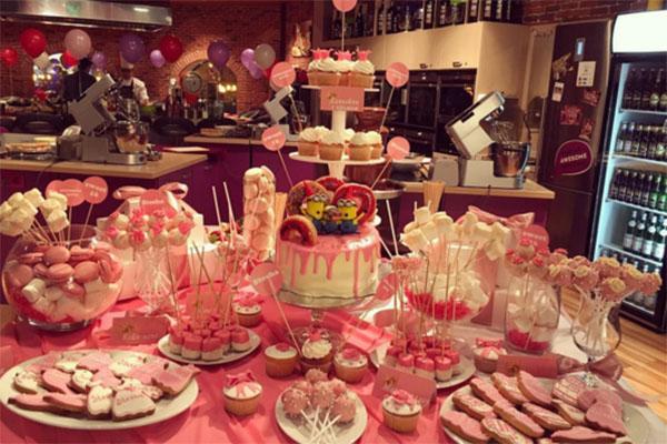 Сandi-bar оформили в бело-розовых, девичьих, тонах