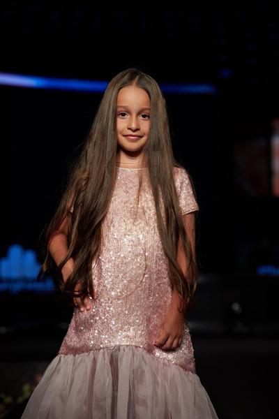Дочь Ксении Бородиной Маруся открывала показ