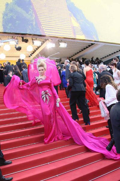 Платье из шелка цвета фуксии с гигантским шифоновым капюшоном и длиннющим шлейфом модельера Айзаны Джабраиловой