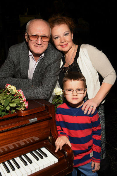 Сейчас Юрий Викторович счастлив в браке с третьей женой Татьяной