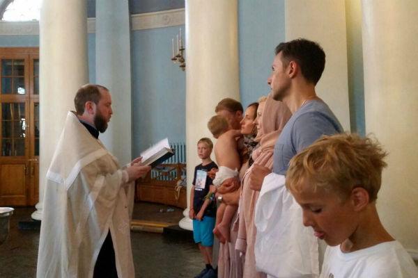 Анастасия специально привезла ребенка в Россию