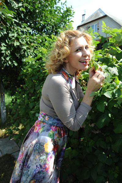 Ирина Александровна с удовольствием позировала нашему фотографу в зарослях малины