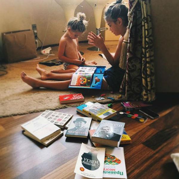 Дочери звезды и сами заинтересовались литературой, которую выбирает их мама