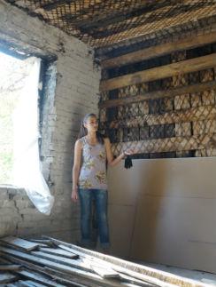 В коммунальной квартире теперь нужно делать капитальный ремонт. Саша живет у подружки, а ее бабушка - у родственников