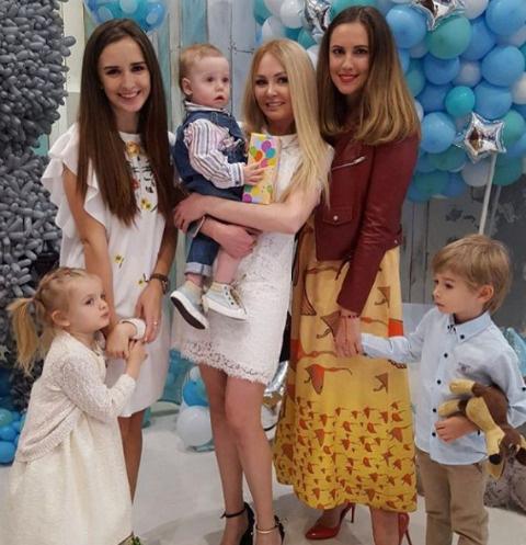 Маргарита Агибалова с дочкой, Даша Пынзарь с Давидом и Ольгя Гажиенко с сыном Кириллом