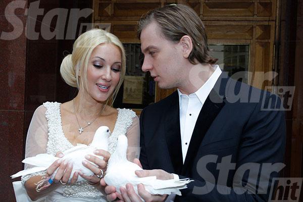Лера и Игорь запустили в небо двух белых голубей