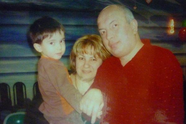 Батырбек (на фото – с родителями) поразительно похож на погибшего старшего брата Бека