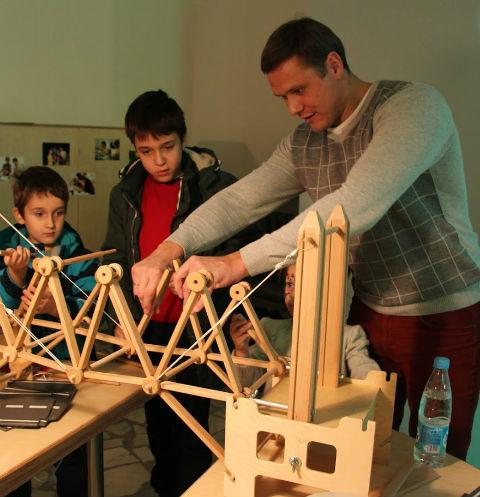 Посетители зимней Робостанции научатся строить мосты из специального деревянного магнитного конструктора